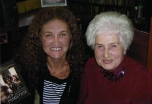 pamiętnik pani Henryki i ona sama z autorką instalacji w 2007 roku