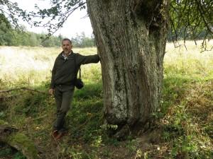 Grzegorz Hodun przy jednej z największych jabłoni w Polsce