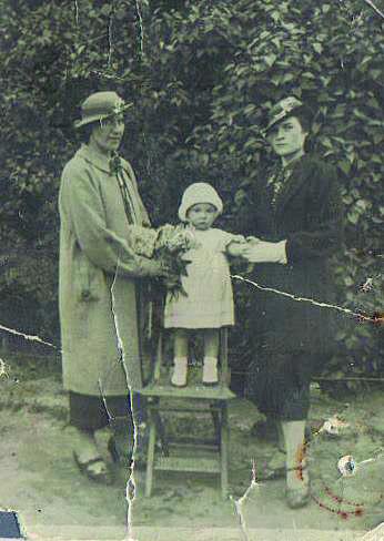 Rok 1937. Od lewej: Pani Rękasowa (jej mąż, ojciec chrzestny Krysi, przed wojną był policjantem, a tuż po wojnie został zamordowany w lwowskim więzieniu przez NKWD) 2-letnia Krysia oraz jej mama