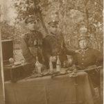 Fotografia zokresu międzywojennego. Żołnierz pierwszy od lewej to Antoni Trzaskoma. Kim są jego koledzy zwojska? Może ich krewni ucieszą się zodnalezienia nieznanego im zdjęcia?