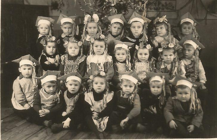Fotografia z okolic Nasielska. Jej właściciel nic nie wie o osobach na niej występujących. Tradycyjnie już prosimy o kontakt każdego, kto rozpoznaje na zdjęciu siebie lub kogoś ze swych znajomych czy krewnych.