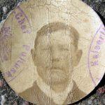 Na załączonym zdjęciu widzimy twarz nieznanego mężczyzny. Z fragmentu odciśniętej pieczęci domyślać się można, że wykonane zostało w czasie wojny w okolicach Pułtuska lub Nasielska.