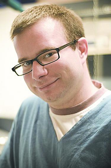 Autor jest lekarzem weterynarii. Zajmuje się przede wszystkim chirurgią i ortopedią  www.legwet.pl